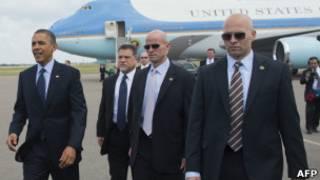 Агенты в темных очках возле Барака Обамы
