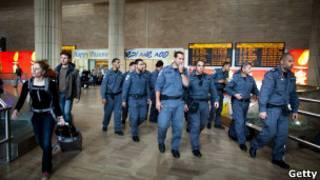 مأموران پلیس در فرودگاه