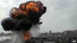 Imagem de vídeo amador mostra bombardeio em Homs. | Foto: AP