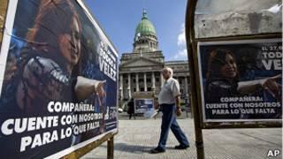 Carteles de apoyo a la presidenta argentina Cristina Fernández