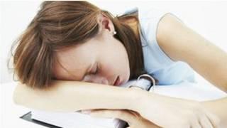 Спящая девушка-подросток