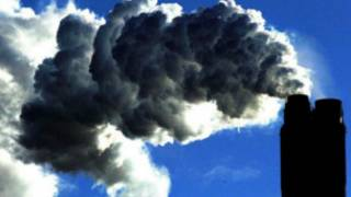مدخنة مصنع يتصاعد منها ثاني اكسيد الكربون