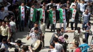 Protesto em Douma, Síria, em foto de sexta-feira (AP)