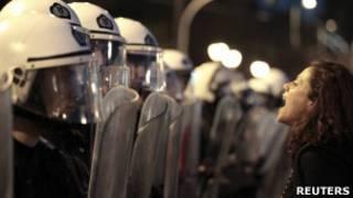 Manifestante protesta na Grécia