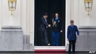 Марк Рютте выходит из королевского дворца