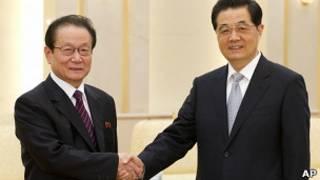 Председатель КНР Ху Цзиньтао (справа) с главой международного отдела Трудовой партии Кореи