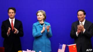 معاون نخست وزیر چین (راست) همراه با کلینتون و گیتنر در 2011