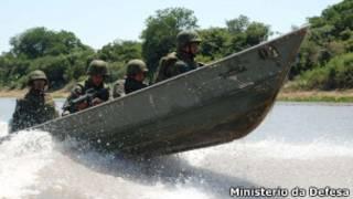 Militares brasileiros patrulham rio próximo à fronteira