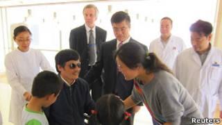 Чэнь Гуанчен с американскими дипломатами в больнице
