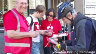 Virginia Machado, de vermelho, faz campanha por uso de bicicletas em Londres