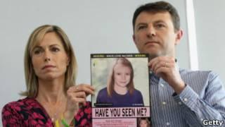 Pais de Madeleine McCann com cartaz de busca pela filha, em coletiva na última quarta-feira (Getty)