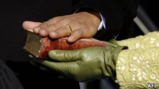 Рука Барака Обамы на Библии