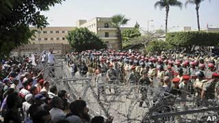 Pemrotes dan aparat di Kairo, Mesir.