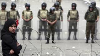 قوات الجيش امام مقر وزارة الدفاع في العباسية اثناء مظاهرات الرابع من مايو