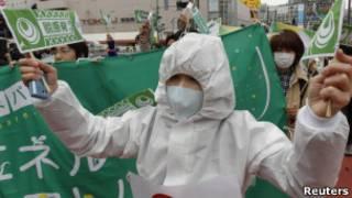ناشطون يابانيون يتظاهرون ضد استخدام الطاقة النووية