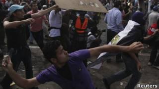 Демонстранты у здания министерства обороны в Каире