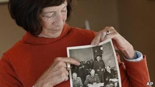 Дочь Эда Кеннеди с фотографией отца на церемонии капитуляции
