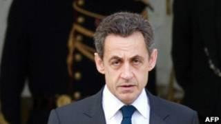Sarkozy sai de reunião nesta segunda-feira, um dia após ter perdido as eleições (AFP)