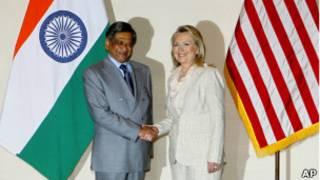 هيلاري كلينتون تصافح وزير خارجية الهند، إم إس كريشنا
