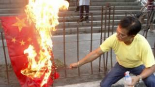 Người Philippines đốt cờ Trung Quốc