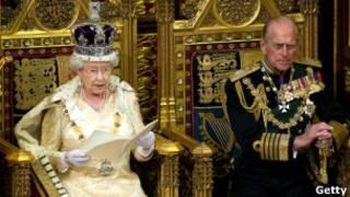 Королева Елизавета II выступает с тронной речью. Рядом с ней принц Филипп