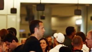 希思罗机场边检关口前的长龙