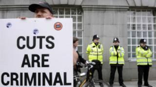 Protes menentang pemotongan anggaran di Inggris