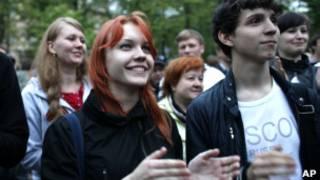 """Участники """"бессрочных гуляний"""" оппозиции на Чистых Прудах в Москве 9 мая 2012 г."""