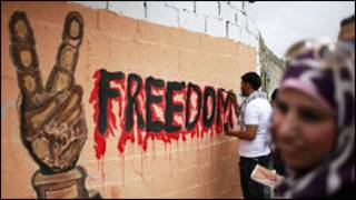 فلسطينيون يرسمون على حائط للمطالبة بإطلاق سراح الاسرى