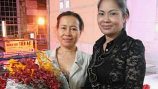 Bà Bùi Hằng (phải)