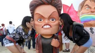 Transexuais beijam boneca de Dilma Rousseff