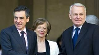 Tân thủ tướng Pháp (phải) Jean-Marc Ayrault chào từ biệt người tiền nhiệm Francois Fillon