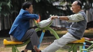 Personas mayores jugando