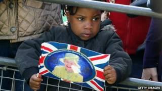 Ребенок с портретом королевы Елизаветы II