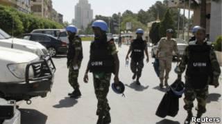 فريق المراقبين يغادر فندقا في دمشق