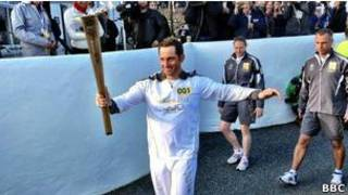 Первый олимпийский факелоносец - олимпиец Бен Эйнсли