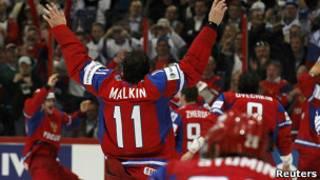 Хоккеисты сборной России празднуют победу в финале