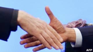 Obama e o presidente afegão Hamid Karzai apertam as mãos. | Foto: AFP
