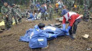 Тела погибших на месте катастрофы SSJ-100