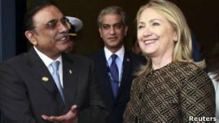 Zardari (esq.) e Hillary Clinton | Foto: Reuters