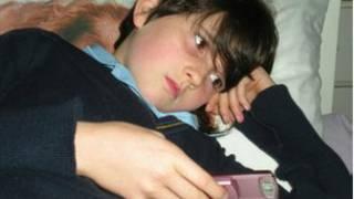 طفل يحمل هاتفه المحمول