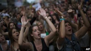 Jovens protestam na Espanha para marcar um ano dos protestos dos 'indignados', que se voltaram contra o desemprego elevado e a situação social em crise do país