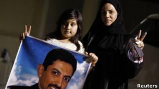 زوجة ناشط بحريني ترفع وابنتها صورة الخواجة