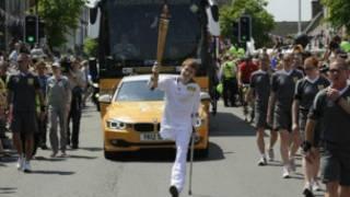 بن يحمل الشعلة الأولمبية