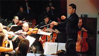Salazar regendo a orquestra (Foto: Cortesia de José Ángel Salazar)