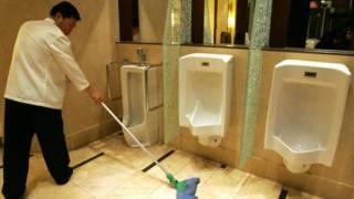 عامل ينظف مراحيض