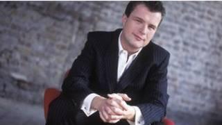 قدم برامج الموسيقى الكلاسيكية في إذاعة بي بي سي 3 بيتروك تريلاوني