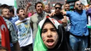 Protesto em frente ao Consulado da Síria em Istambul, na Turquia (AFP)
