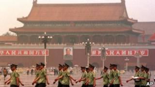Soldados marcham na Praça da Paz Celestial, em Pequim   Foto: AP