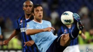 Stefano Mauri, em primeiro plano com a bola, em foto de 13 de maio (AFP)